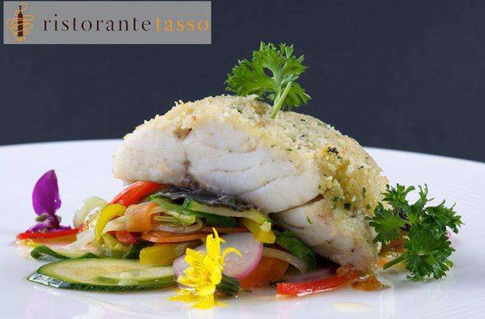 Filetto di spigola gratinata con listarelle di verdure al salto e zenzero