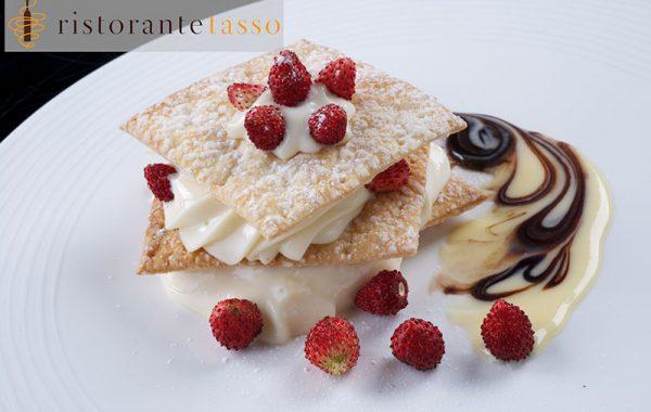 Millefoglie di crema chantilly con fragoline di bosco, gelato di pistacchio e croccante di mandor