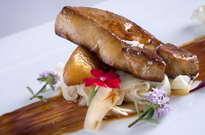Foie Gras d'anatra al passito di Pantelleria, con mela renetta, prugne, uvetta sultanina, nocciole caramellate e finocchio al Pernod