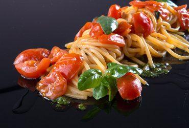Spaghetti lunghi di Gragnano al pomodoro San Marzano con selezione di formaggi grattugiati