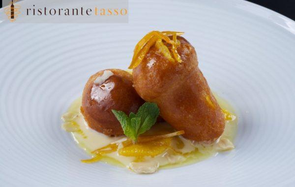 (English) Babà mignon all'arancia confit mandorle su salsa al Grand Marnier