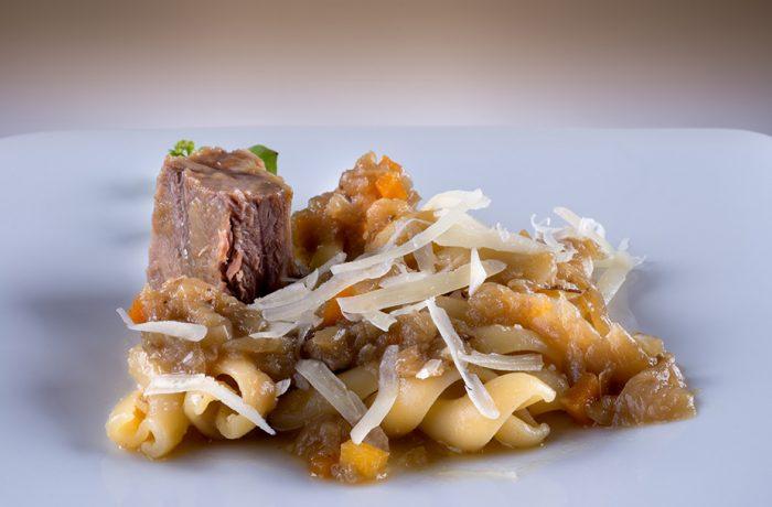 Ziti spezzati alla genovese di entrecôte reale di scottona e ricotta salata