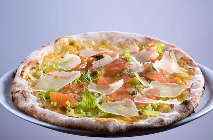 Focaccia con pomodoro giallo, lattuga romana, scaglie di parmigiano, salmone affumicato e salsa 5 fiori