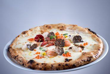 Pizza astice, tartufo nero e uova di Balik